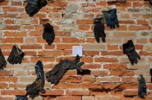 Vie minate, 1994, guanti da lavoro usati e bronzo, dettaglio