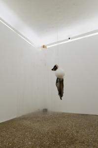 Gira e rigira, 2010. Nylon, cenere, spago, carta, stoffa, colori ad acqua, vetroresina, motore elettrico, woofer, rumori, cm 90 x 30 x 40