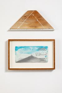 Hamish Fulton, A 19 day coast to coast walk across Honshu, summer 1985, testo su legno; One line of footsteps walking from sea level up to the 3340 meter crater rim of monte Etna, 2014, Acquerello e grafite su carta, 23x36cm