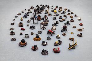 Maurizio Pellegrin, Stands, 2020, basamenti antichi, oggetti, dimensioni variabili - Fotografia di Enrico Fiorese