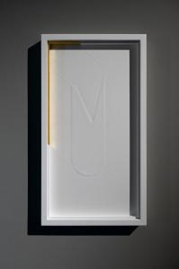 Ludovico Bomben, Figura bianca / 2, 2021, Battuta a secco, carta, Oro 24 k, 33 x 60 x 4 cm, Foto di Irene Fanizza